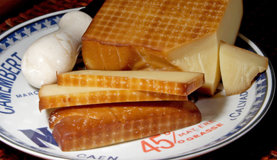 ご家庭でも燻製は簡単にできますよ~!写真はグリュイエールチーズで作られたスモークチーズです。