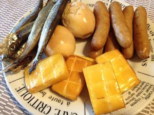 燻製セットで作ったもの。手前がチーズです。